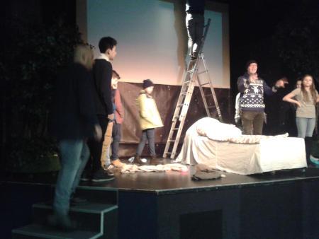 A 6. b osztály a délelőtt első részében rendhagyó színházlátogatáson vett  részt a Hatszín Teátrumban. Bejutottak olyan területekre is – színpad a4250f864a