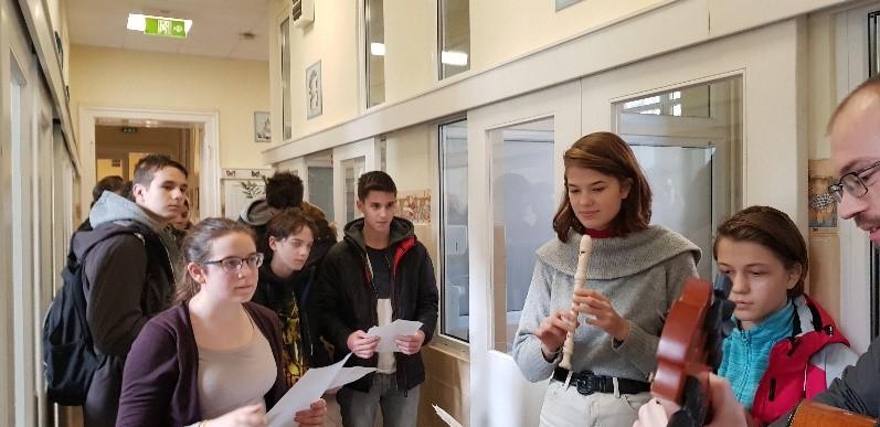 Idén a 8.a osztály a karácsony jegyében az I.számú Gyermekgyógyászati  Klinika Gasztroenterológia és Hepatológiai Osztályára látogatott el cf65e54785